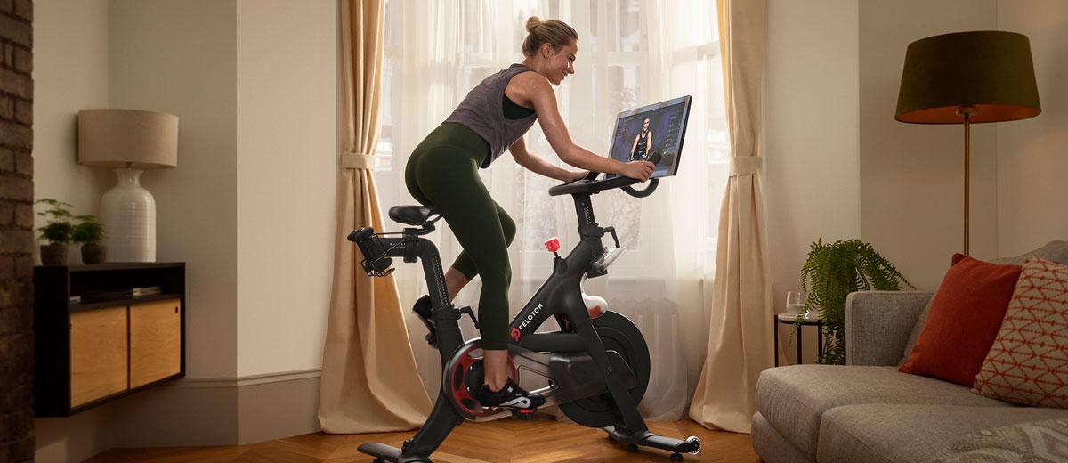 frau trainiert auf peleton bike