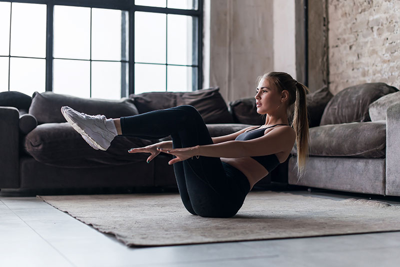junge frau macht home workout