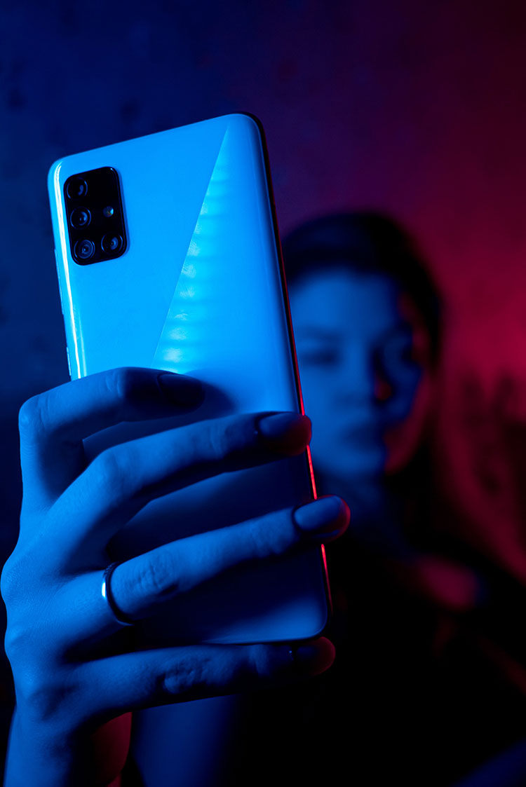 frau smartphone blue light