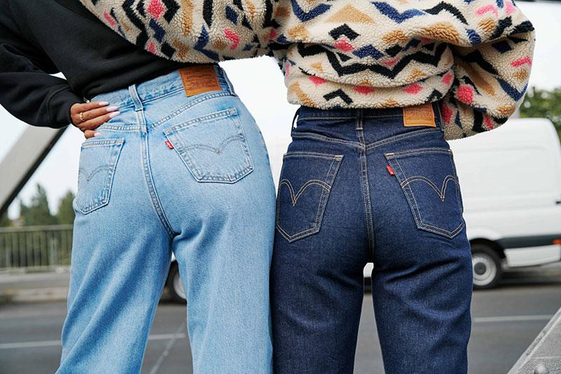 zwei frauen in jeans von levi's