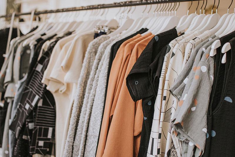 kleiderstange mit oberteilen