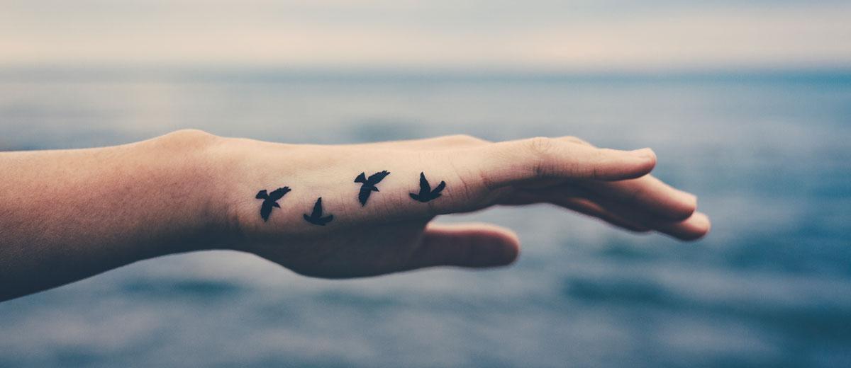 hand mit tattoos