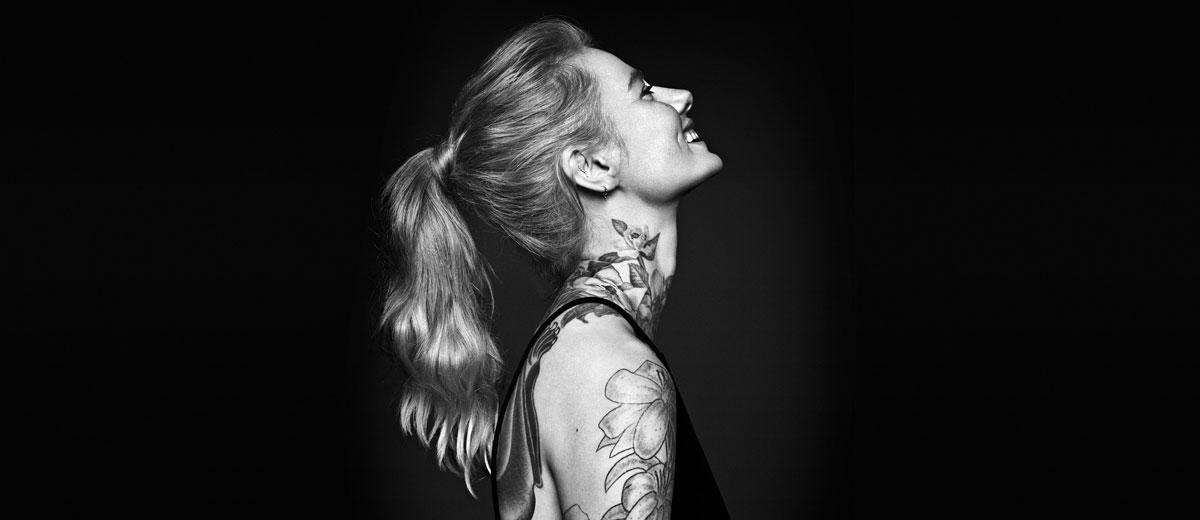 junge frau mit tattoos