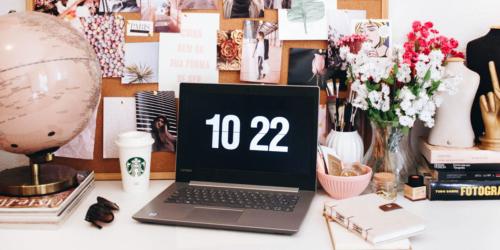 schreibtisch mit laptop im home office