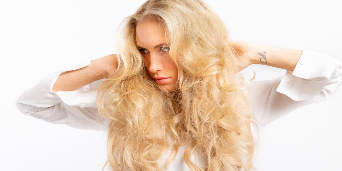 frau mit blonden langen haaren