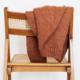 strickjacke liegt über stuhl